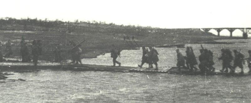 Переправа красноармейцев через реку Сож. Ноябрь 1943 г.