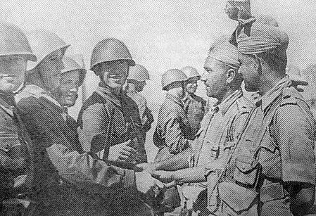 Советские и индийские военнослужащие, во время дружеской встречи. Сентябрь 1941 г.