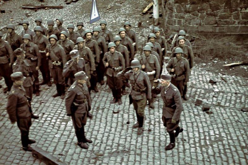Финские солдаты перед парадом в захваченном Выборге. 31 августа 1941 г.