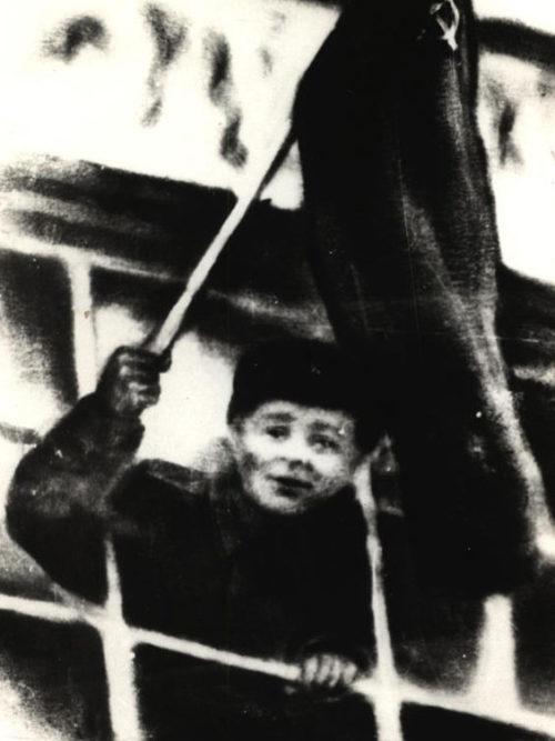 Красное знамя над электростанцией города. 26 ноября 1943 г.