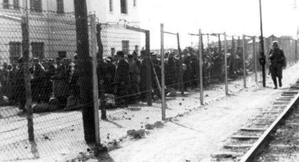 Советские военнопленные в казармах на ул. Красноармейской. 1941 г.