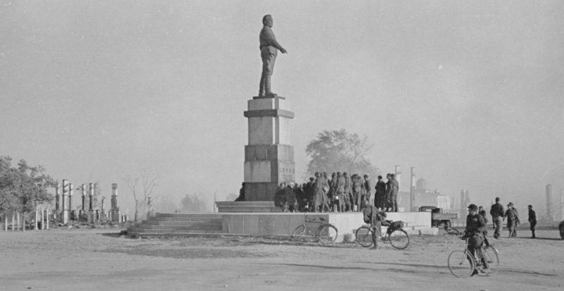 Финские солдаты у памятника Кирову. Октябрь 1941 г.