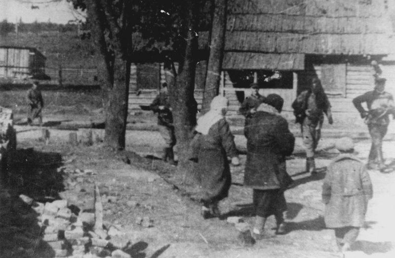 Партизаны на улице города. Ноябрь 1943 г.