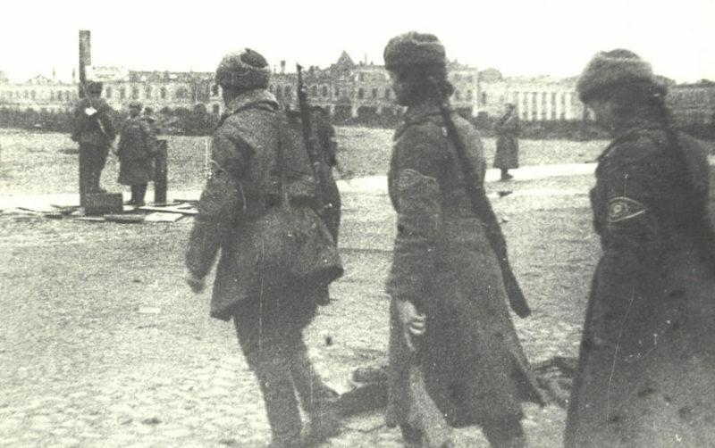 Красноармейцы на площади Ленина. Ноябрь 1943 г.