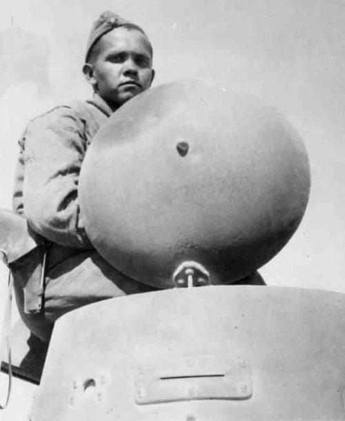 Красноармеец наводчик орудия танка. Иран, 5 декабря 1941 г.