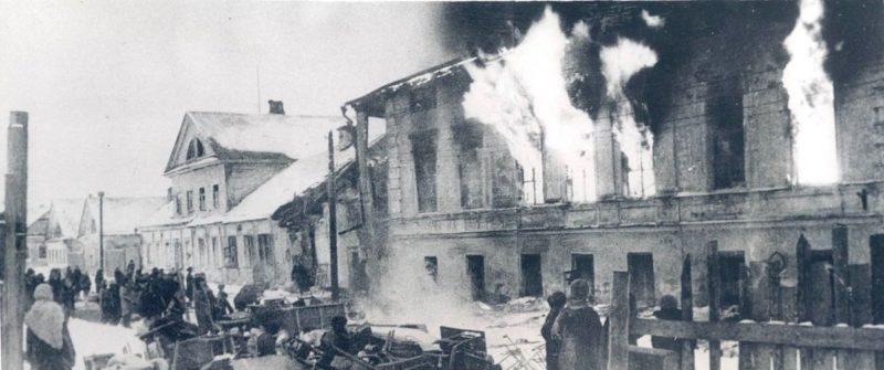 Оккупанты сжигают жилой дом. Декабрь 1941 г.