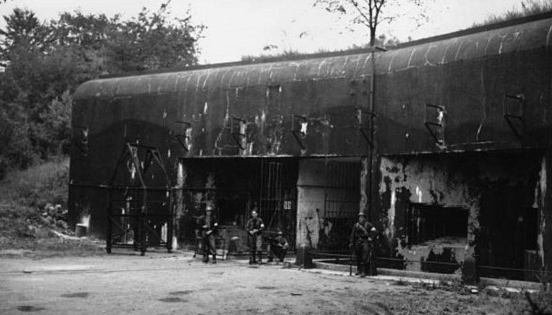 Американские солдаты у входного блока для поставки боеприпасов. 1944 г.