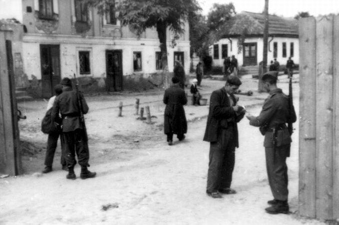 Выход из гетто по пропускам. 1941 г.