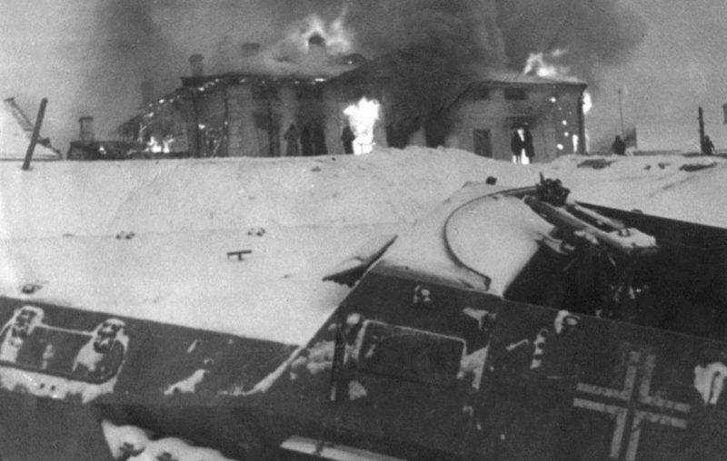 Немцы при отступлении подожгли свечной завод. Декабрь 1941 г.