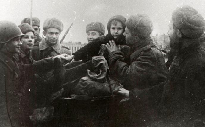 Горожане встречают освободителей. Ноябрь 1943 г.