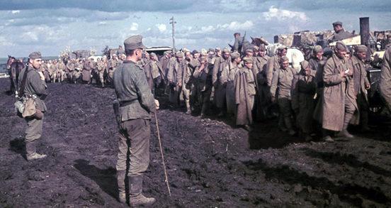 Красноармейцы в лагере военнопленных в Вязьме. Октябрь 1941 г.