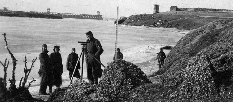 Немецкие солдаты проводят топографические изыскания. Февраль 1942 г.