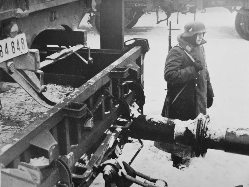 Немецкий часовой у железнодорожного состава на вокзале. Ноябрь 1941 г.