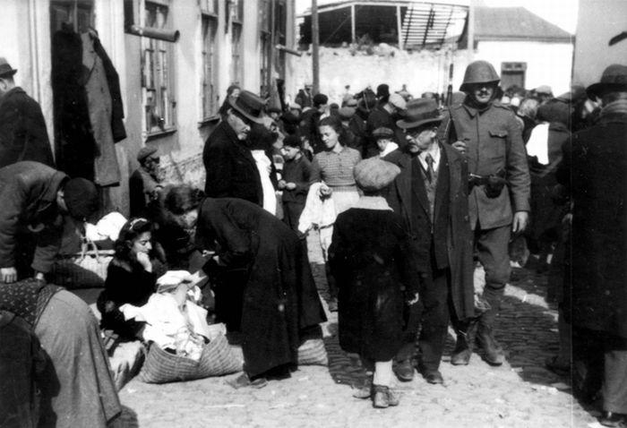Румынские солдаты на рынке еврейского гетто. 1941 г.