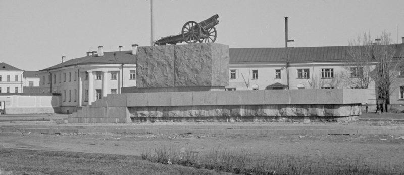 Японская пушка, установленная финнами вместо снесенного памятника Ленину. Март 1942 г.