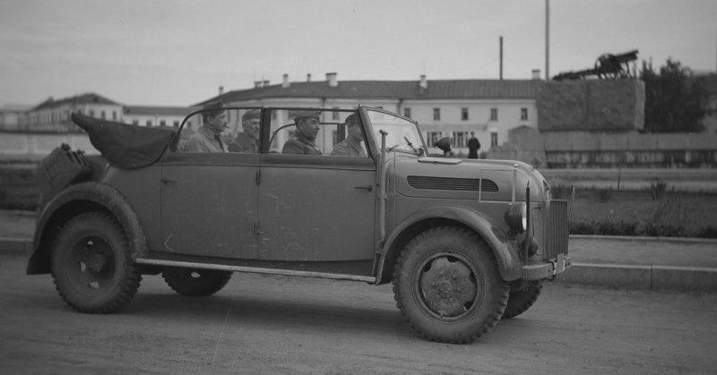 Маршал Маннергейм на фоне пушки. Март 1942 г.