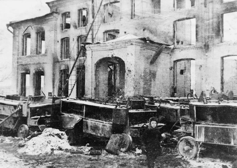 Руины Зимнего театра на Сенной площади в освобожденной Калуге. Январь 1942 г.