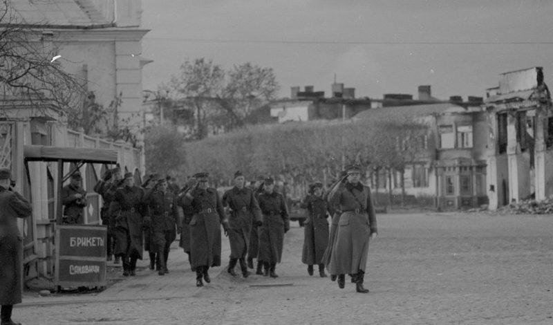 Финские солдаты на улице города. Март 1942 г.