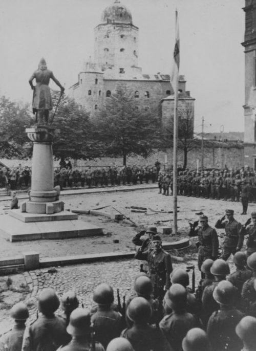 Финские войска у памятника шведскому маршалу Торгильсу Кнутссону. 31 августа 1941 г.