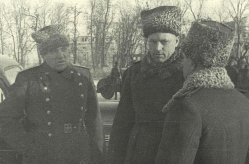 Командующий Белорусским фронтом Рокоссовский в городском парке культуры. Ноябрь 1943 г.