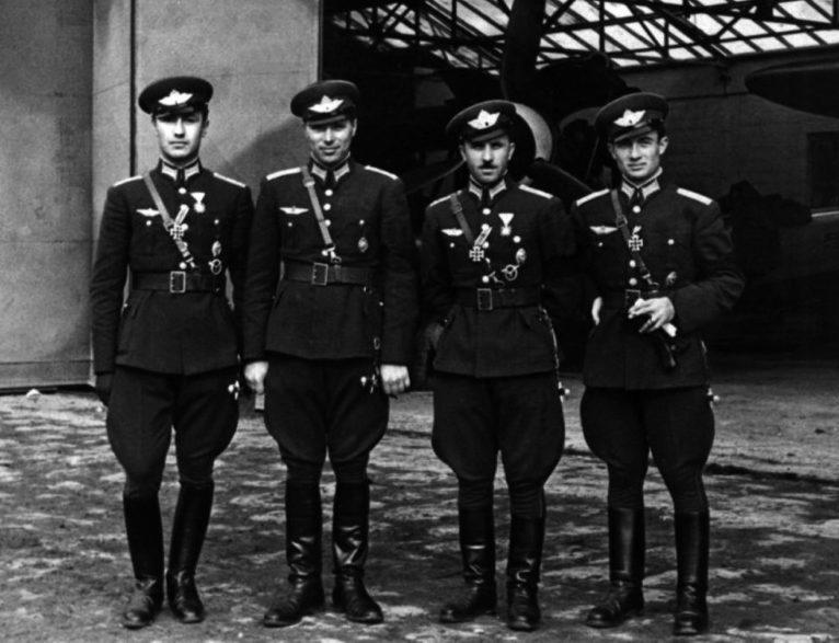 Болгарские летчики, воевавшие на стороне Германии. Слева направо: Петар Бочев, Чудомир Теплодольски, Стоян Стоянов, Христо Крастев. 1942 г.
