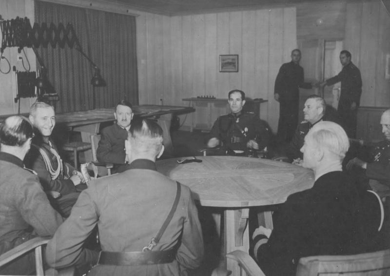 Болгарский военный министр Михов на встрече с Гитлером в ходе визита в Берлин. 9 января 1943 г.