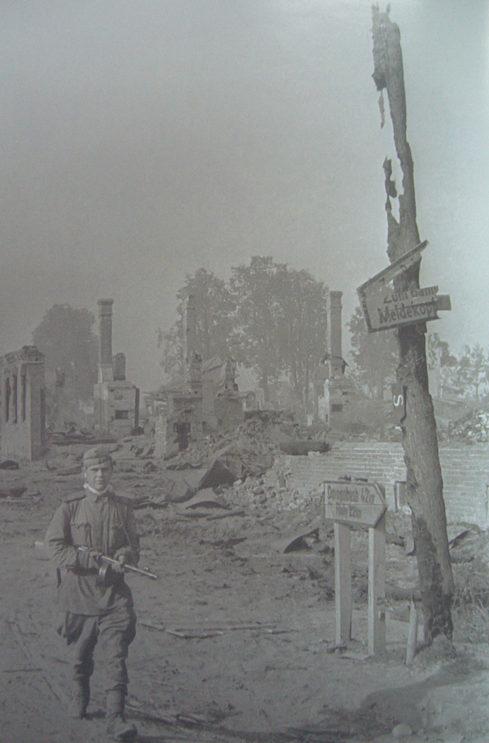 Красная Армия входит в город. 30 августа 1943 г.
