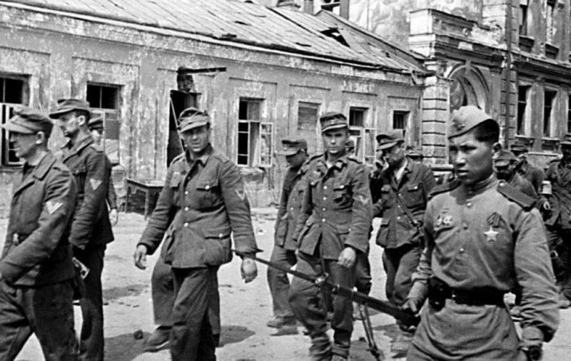 Пленные немцы на ельнинской улице. Сентябрь 1943 г.