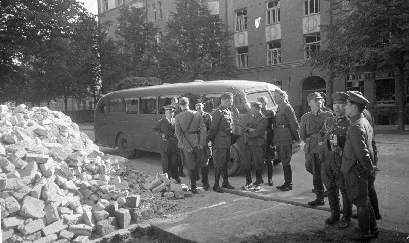 Финские офицеры и иностранные военные осматривают последствия разрушения от радиомины. Сентябрь 1941 г.