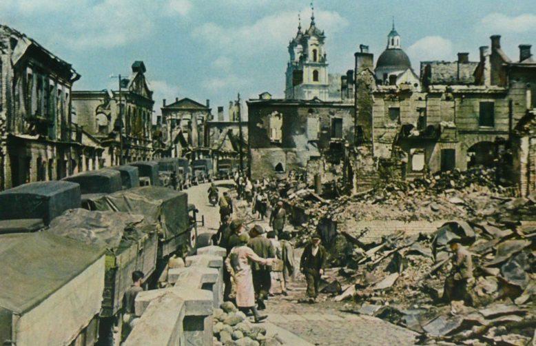 Колонны немецких автомобилей на улице города. 1942 г.