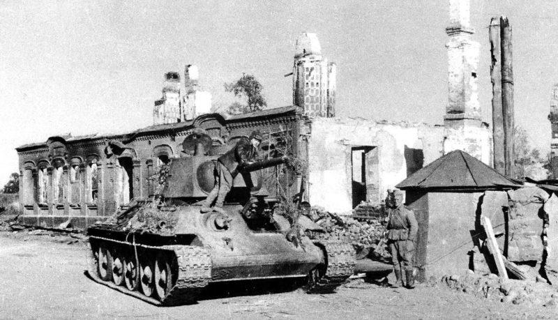 Советская бронетехника на улицах города. Август 1943 г.