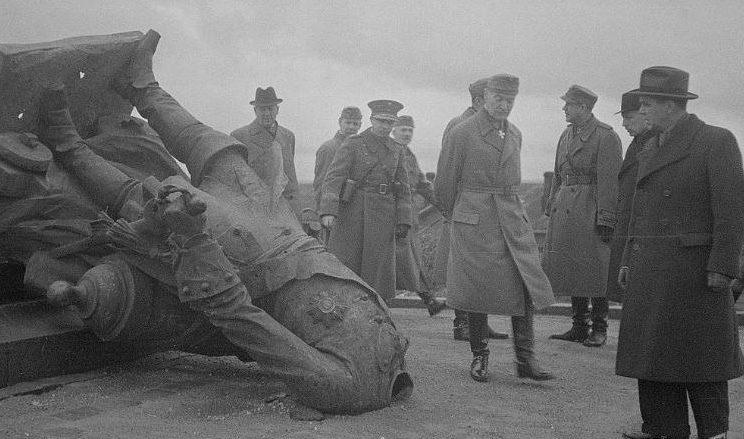 Маннергейм у поверженного памятника Петру I. 8 октября 1941г.