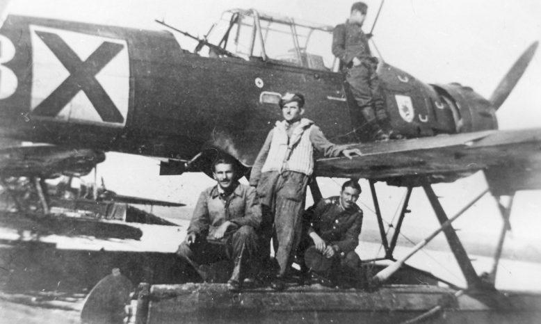 Болгарские летчики у гидросамолета немецкого производства Ar-196A-3. 1943 г.