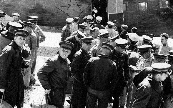 Советские летчики, прибывшие для перегона самолетов в СССР. Март 1942 г.