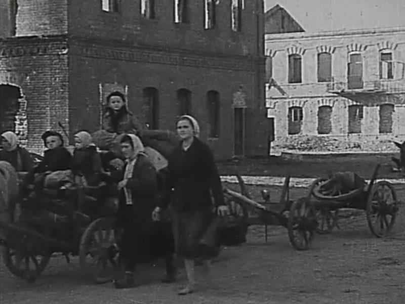 Беженцы возвращаются в город. Август 1943 г.