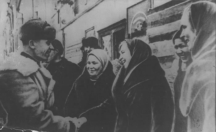 Жители Калинина встречают освободителей. 16 декабря 1941 г.