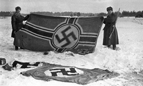 Захваченные немецкие флаги. Декабрь 1941 г.