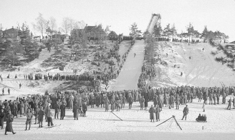 Соревнования финских спортсменов на лыжном трамплине. 1942 г.