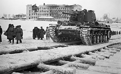 Танковая переправа через Волгу. Декабрь 1941 г.