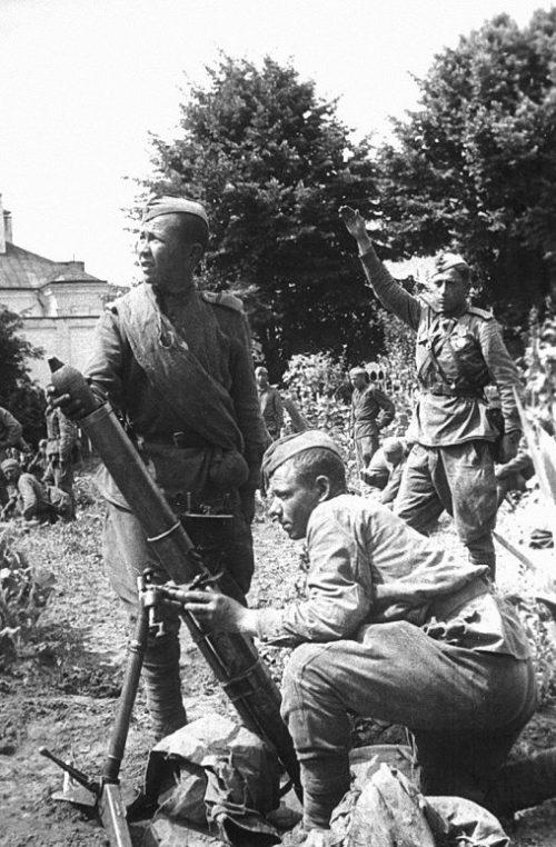 Расчет 82-мм батальонного во дворе одного из домов по ул. К. Маркса Гродно. 16 июля 1944 г.