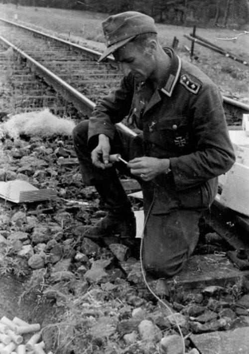 Немецкий оберфельдфебель готовит к подрыву участок железной дороги в районе Гродно. 17 июля 1944 г.
