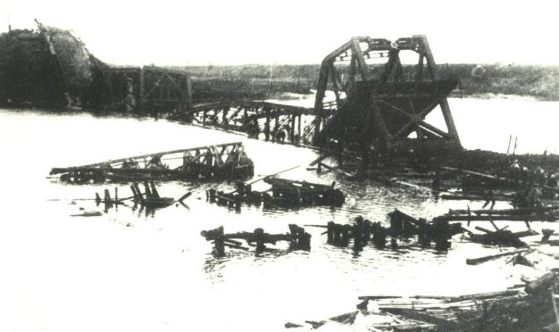 Взорванный мост через реку Сож. 1943 г.