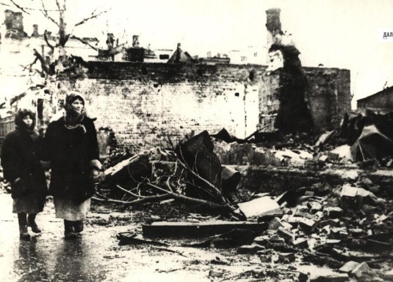 У разрушенного дома. 1943 г.