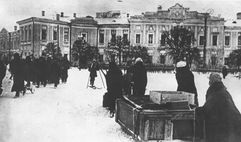 Жители возвращаются в освобожденный город. Декабрь 1941 г.