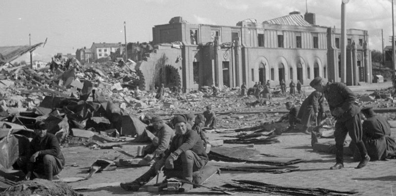 Советские военнопленные на работах у разрушенного здания вокзала. 1941 г.