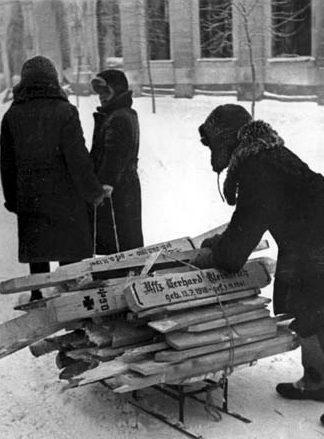 Горожане везут кресты с немецкого кладбища на дрова. Декабрь 1941 г.