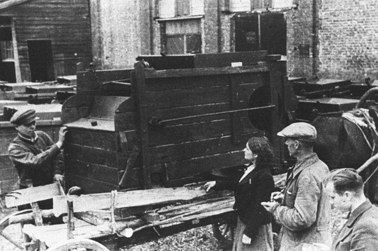Рабочие вагоноремонтного завода в освобожденном Гомеле. 1944 г.