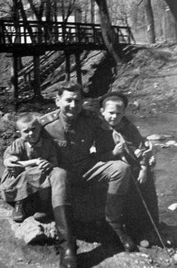 Горожане с освободителями. Июль 1944 г.