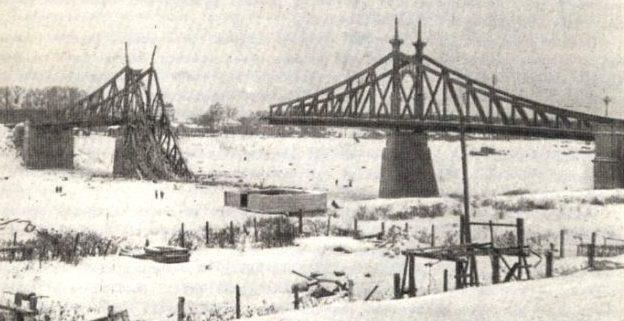 Взорванный немцами при отступлении Старый Волжский мост. Декабрь 1941 г.