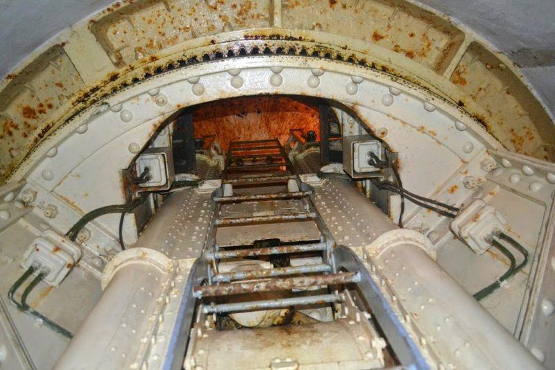 Бронебашня сдвоенных 135-мм орудий блока №9 снаружи и внутри.